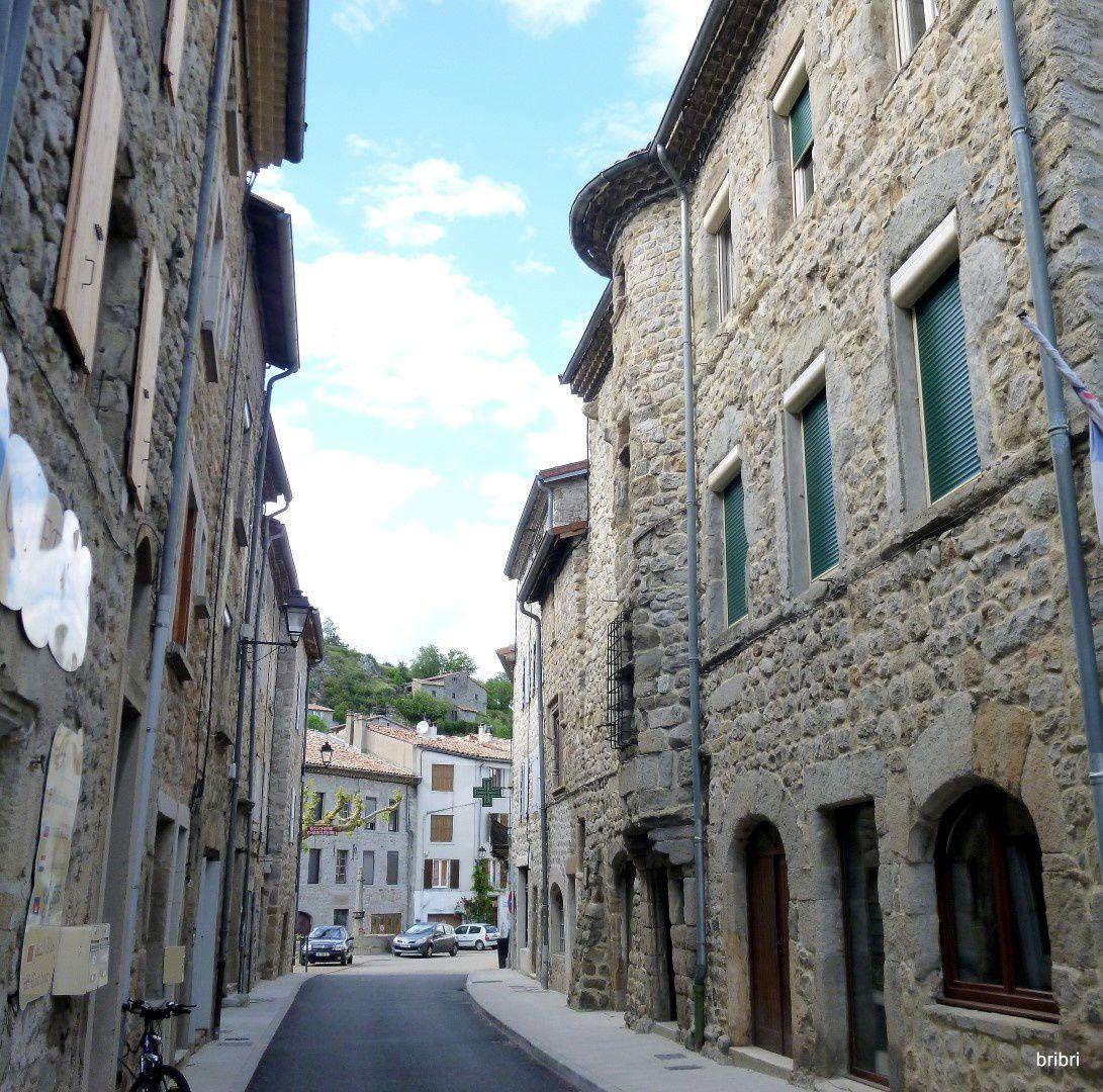 Ses maisons de pierres, village de caractère, vivant et très agréable.