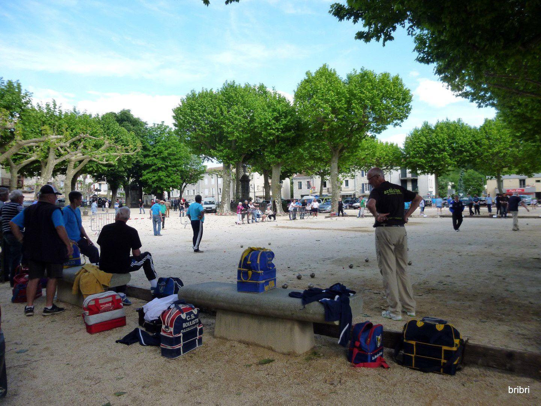 Ce samedi grand concours de boules lyonnaise sur la place qui est le poumon du village.
