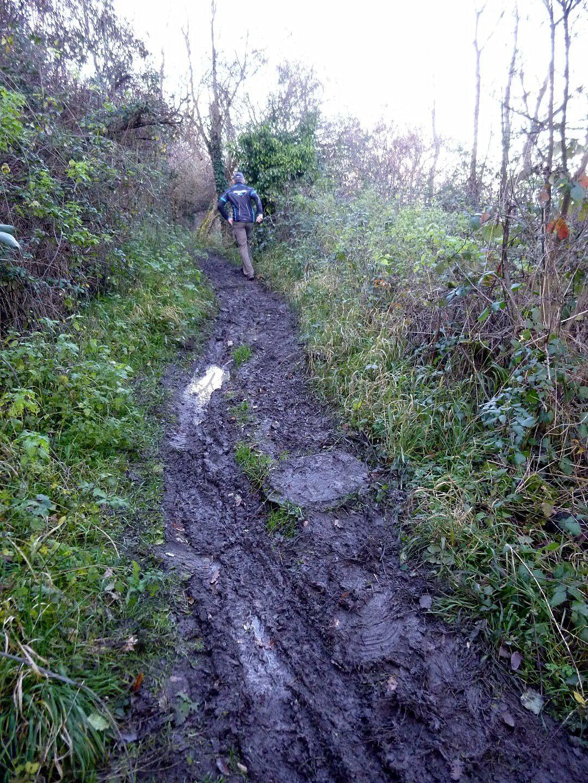 De nouveau des chemins boueux en descente, prudence ! des gens qui montaient ont fait demi tour en voyant l'état des chemins.