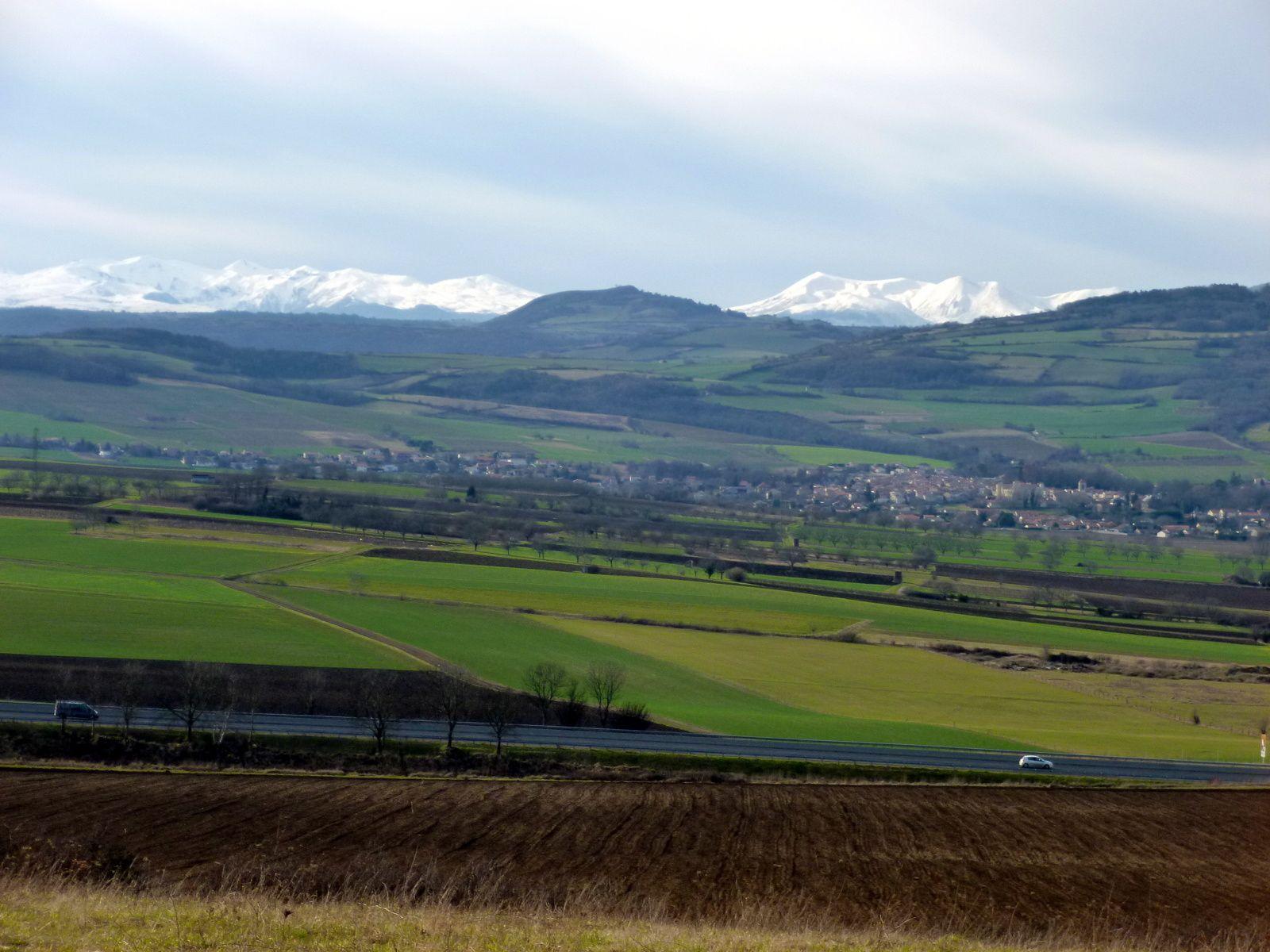 Le massif du Sancy est bien enneigé, c'est beau.