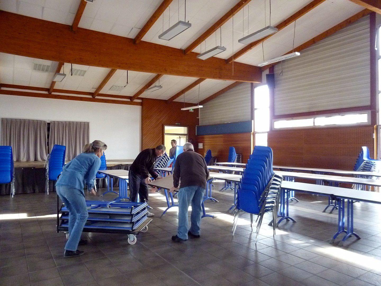 Dès le samedi matin tout le monde travaille, un groupe met les tables, chaises, nappes en place.