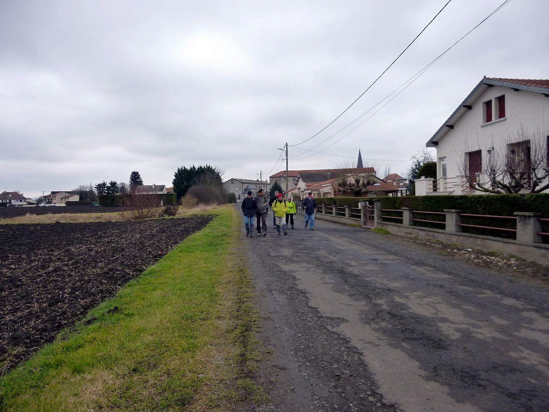 Eliane ayant pris mon appareil photo je peux mettre des photos des marcheurs. Les voici partis sur les chemins, il ne fait pas très chaud.
