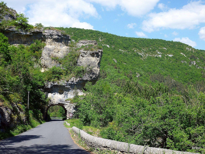 Au retour nous passons sur la route du Rocher du Sabot, une curiosité à voir. Tous ces lieux sont autour de la Canourgue.