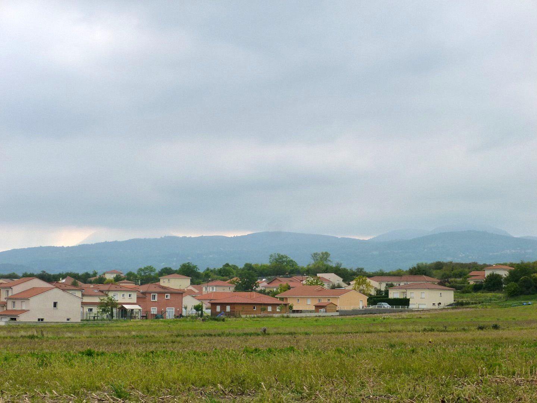 Normalement on devrait voir la chaîne des Puys avec le géant à gauche mais tout est dans la brume, heureusement on aperçoit Châteaugay et sa tour, fin de la rando.