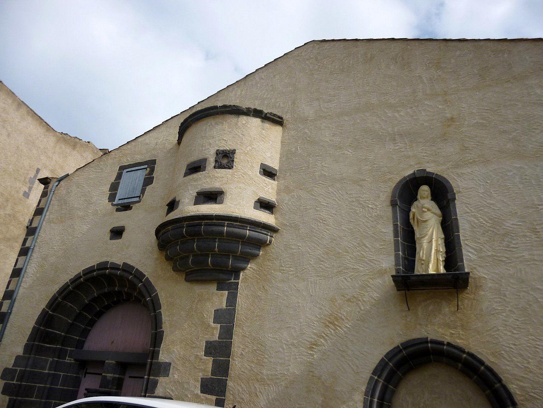 Tour d'un ancien château du 14éme. Un vin porte le nom de ce village.