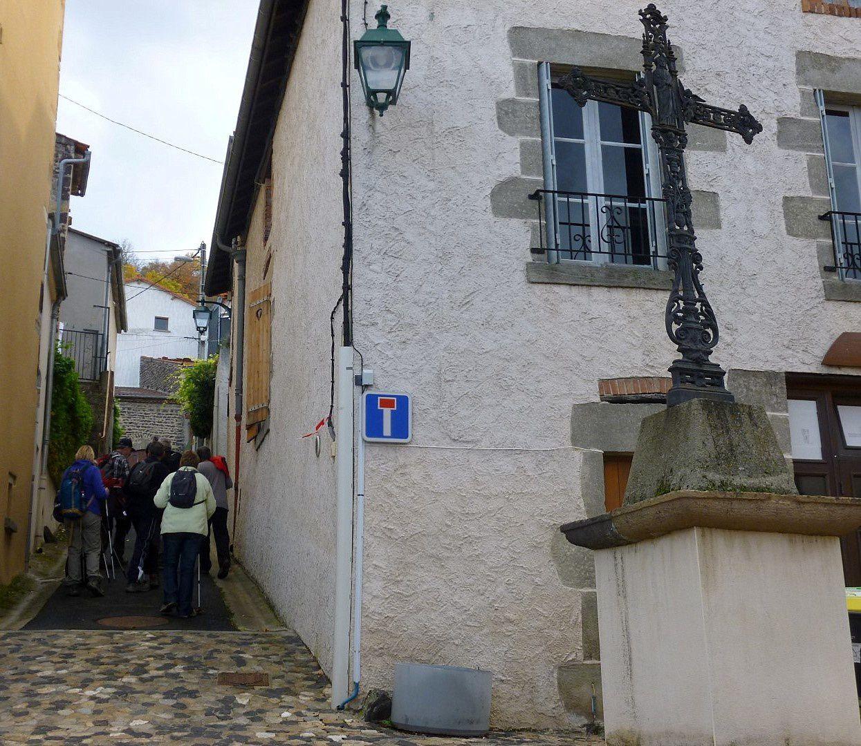 Nous traversons Soulasse, son église et le géant sur son clocher.