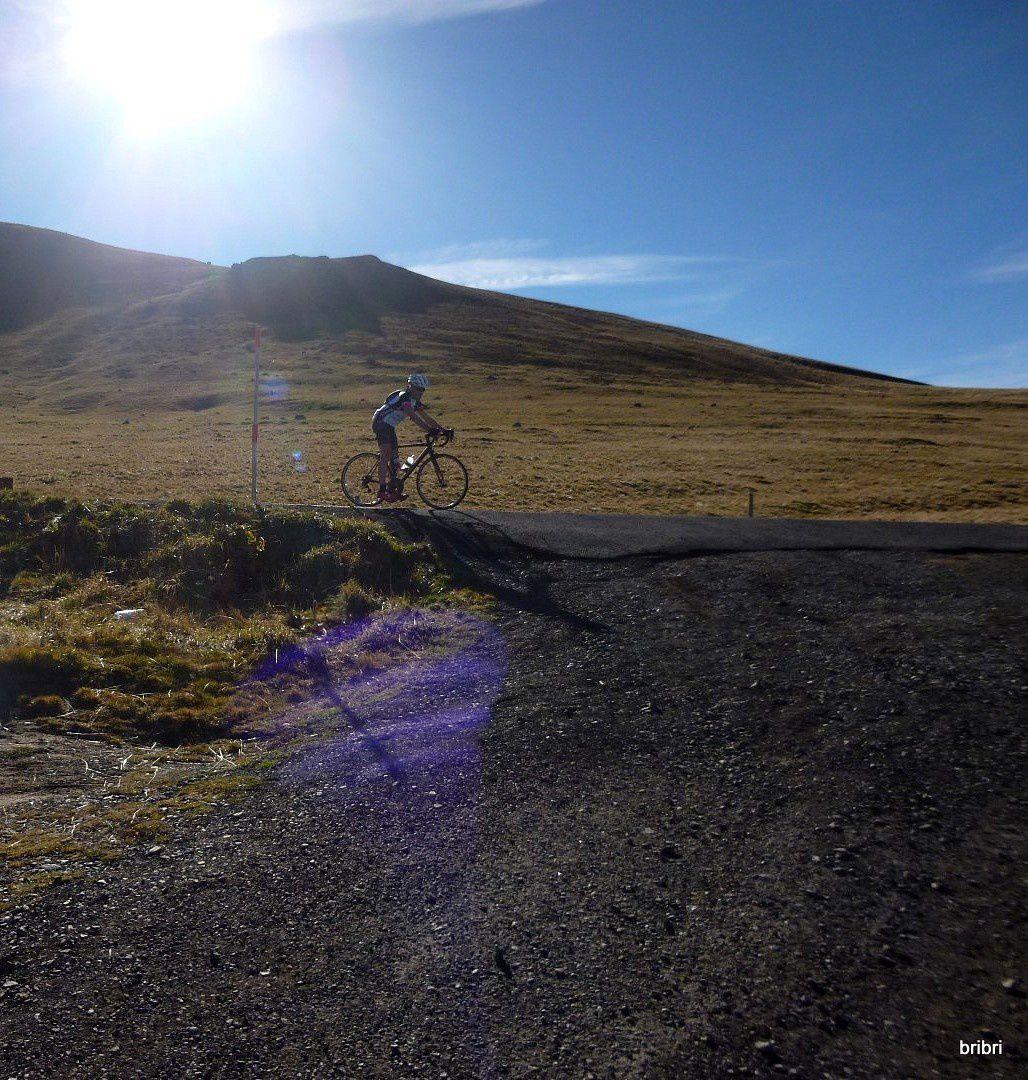 Au loin à gauche la Banne d'Ordanche, 1512m. En prenant le chemin je me retourne et vois mon mari passer en vélo sur la route. A 2 mn près on ne voyait pas.