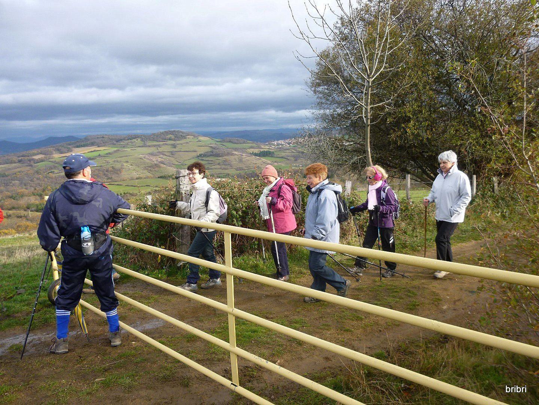 José ouvre les barrières pour les dames, les hommes passent par les marches.