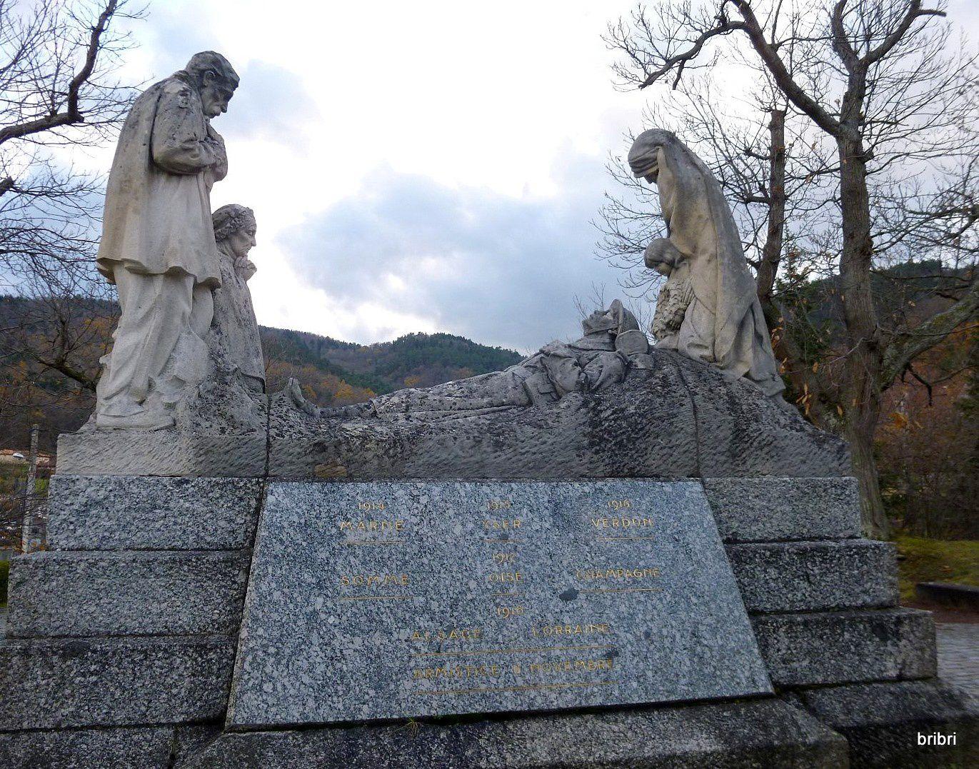 Petite chapelle et monument aux morts.