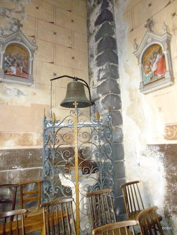 Pour une fois que l'église est ouverte on la visite. Michel s'amuse à sonner la cloche.