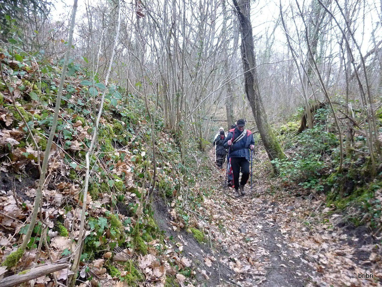 Puis c'est de nouveau une descente par ce petit sentier, là ça va, on arrive à la route qui domine Marsat et Riom, petit arrêt.