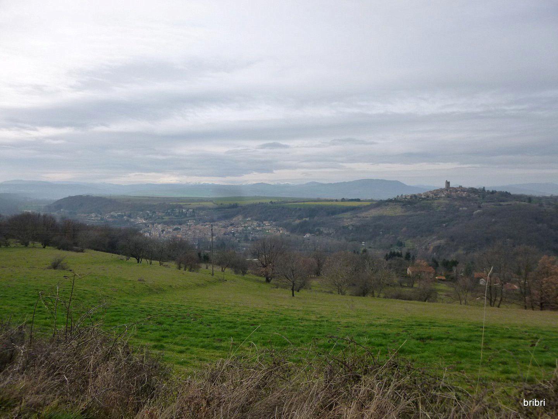 Belle vue d'ici, on aperçoit Montpeyroux au loin et l'A75 en bas.