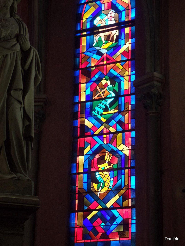 De beaux vitraux colorés.