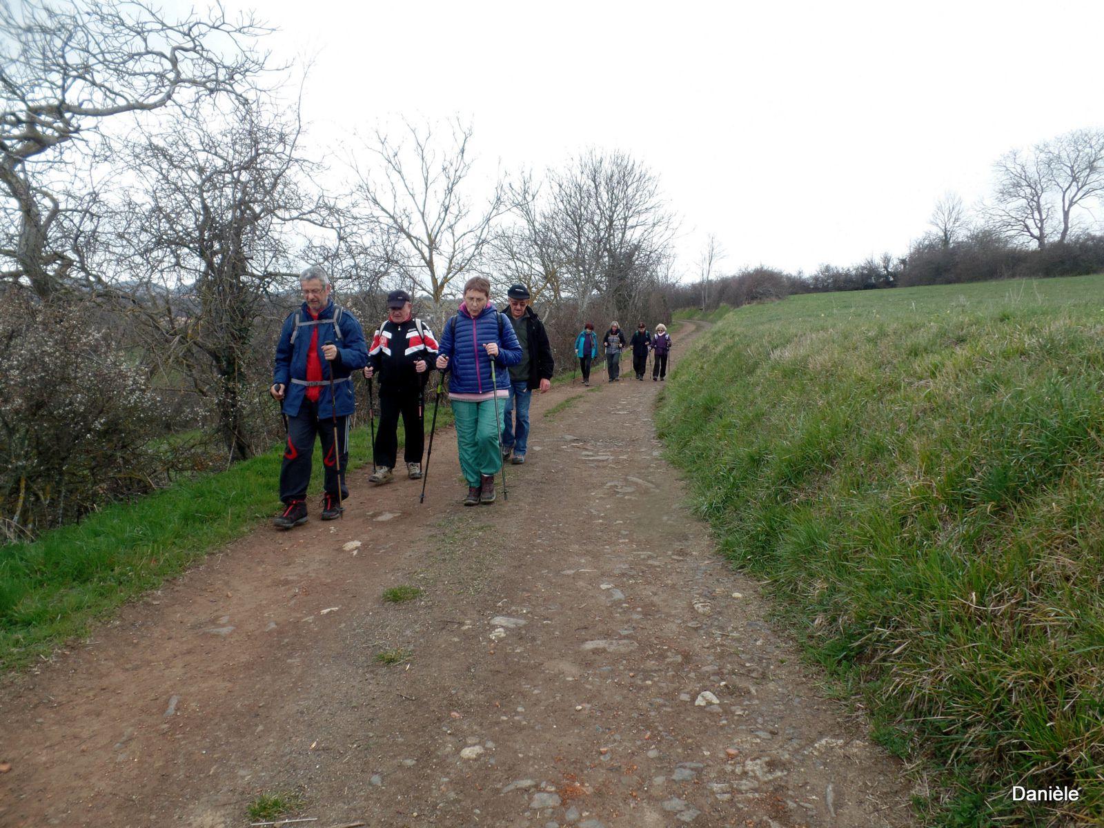 Ils marchent d'un bon pas,( Paul est là, il n'est pas encore fracturé, ce sera pour samedi!),