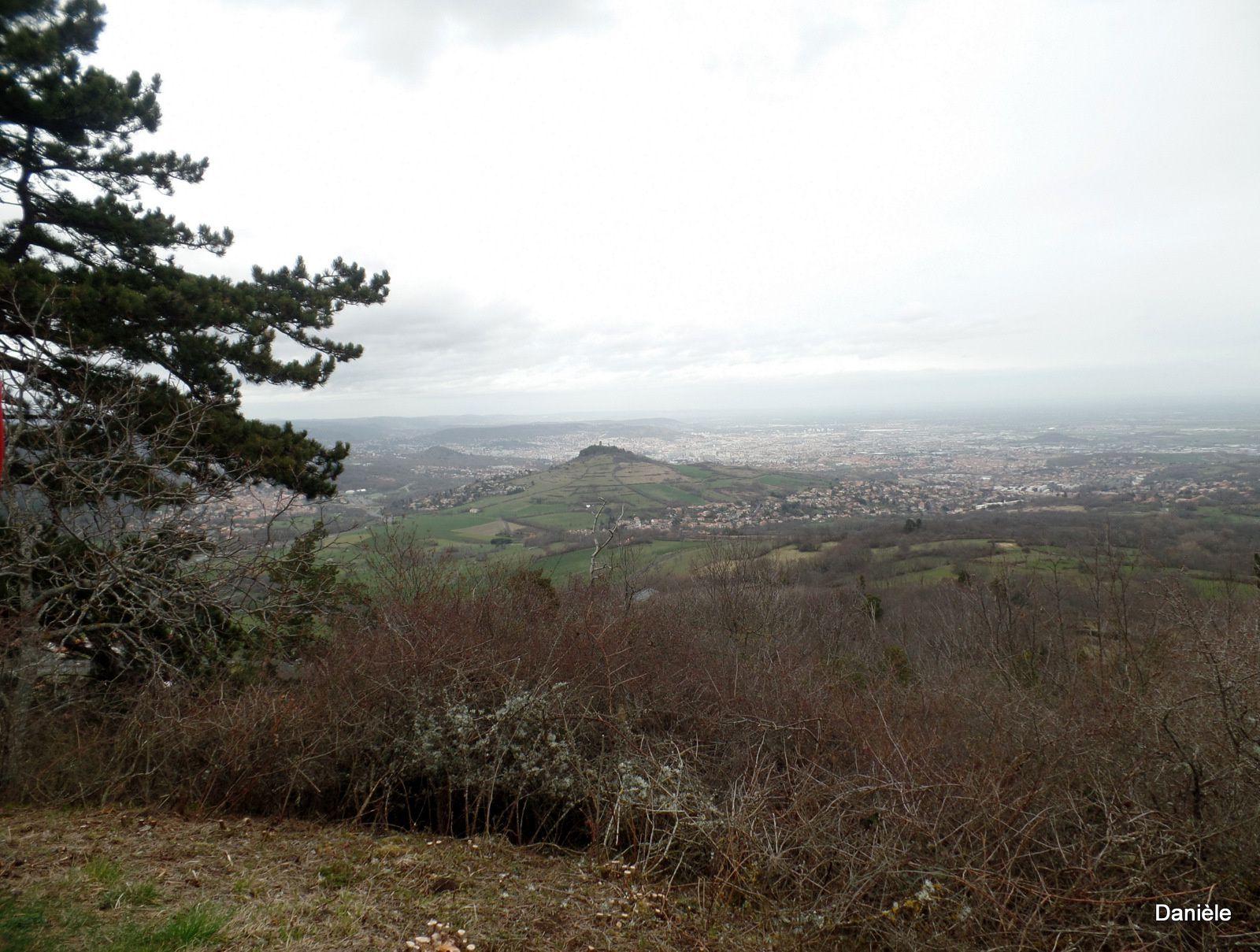 La vue valait la peine de monter, dommage temps couvert, on aperçoit le Puy-de-Dôme.