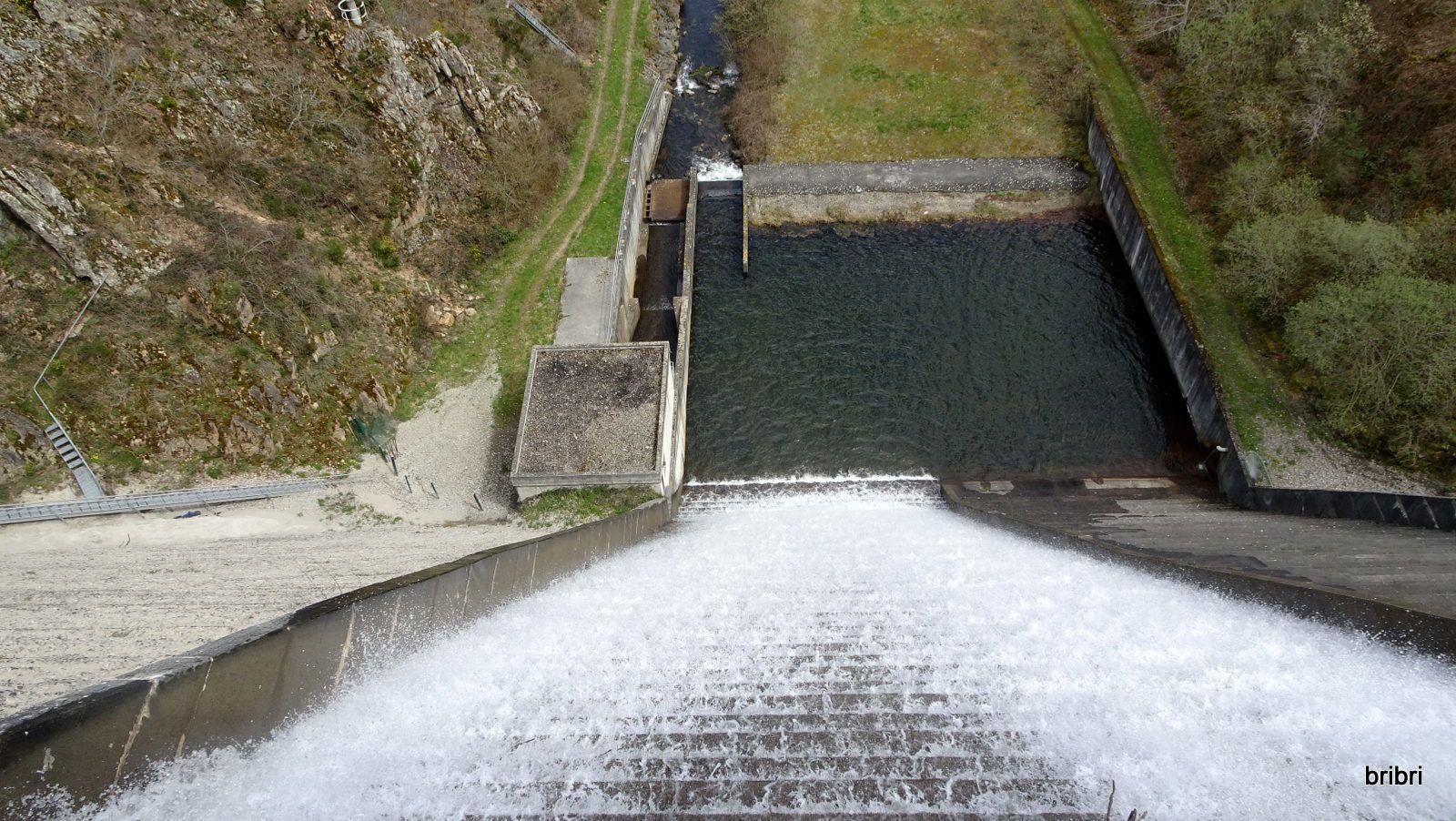 Nous finissons la traversée du barrage