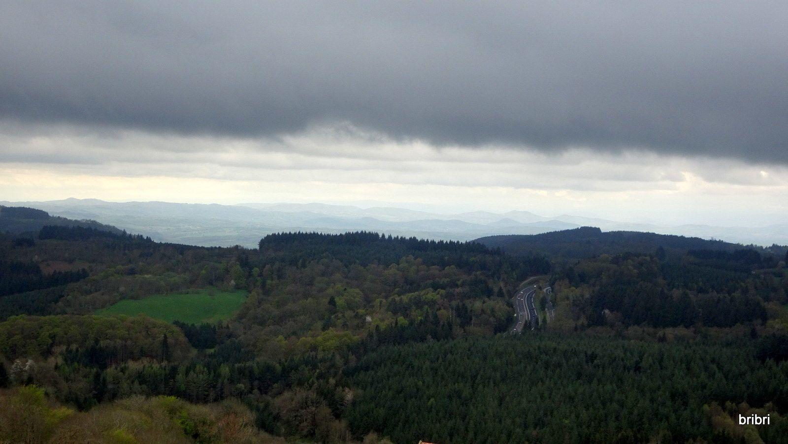 On aperçoit l'autoroute de Thiers mais aussi les nuages menaçants.