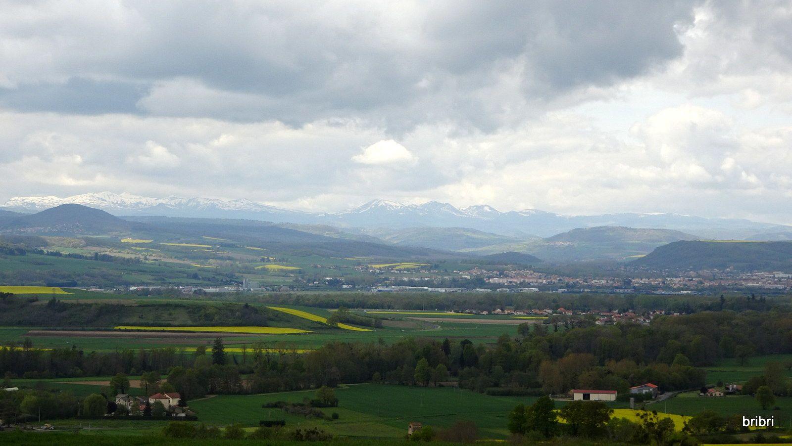 Nous montons vers Montaigner. Il y a encore de la neige sur les sommets, elle est tombée cette semaine.