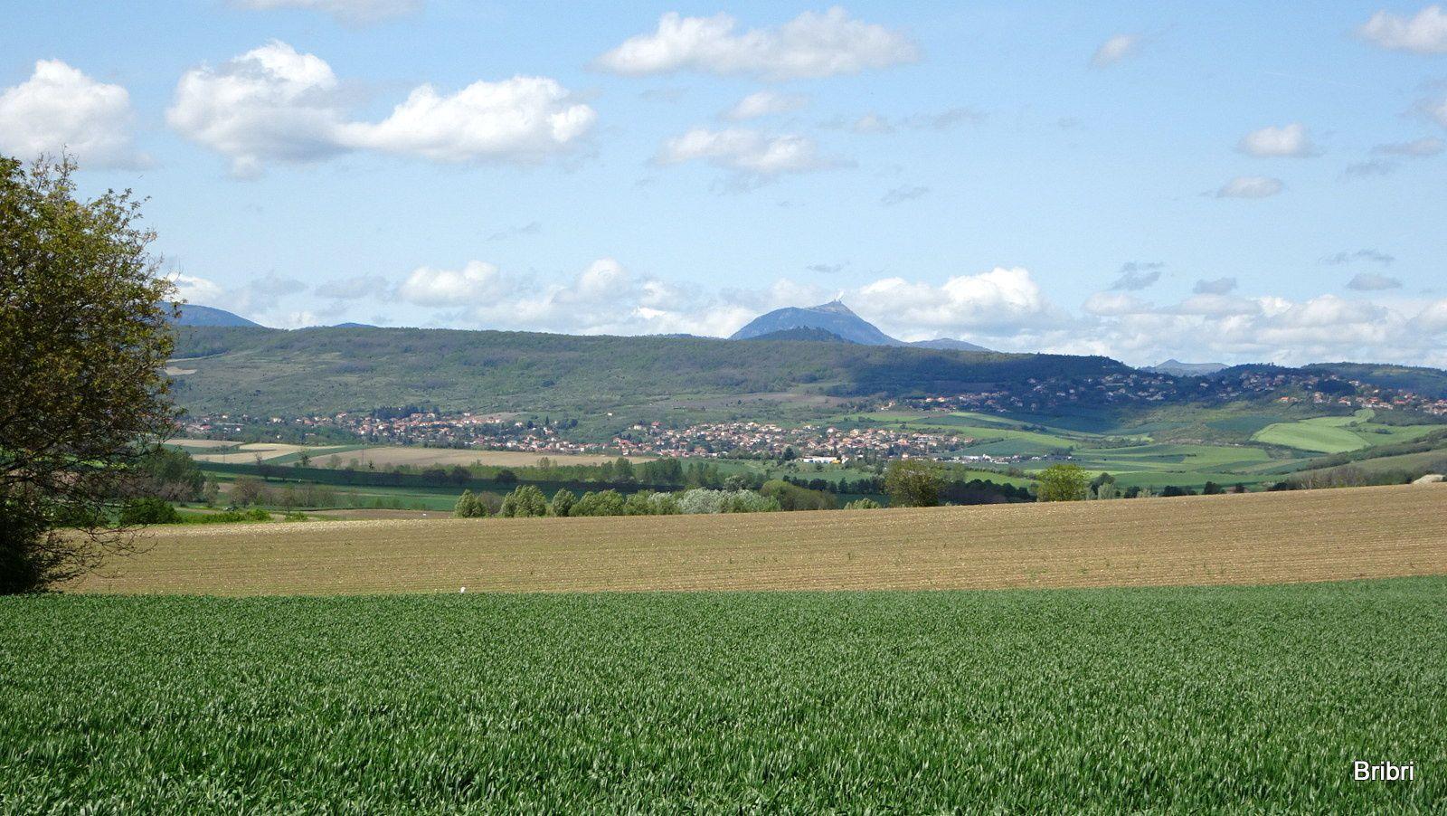 Nous passons sous l'A75, c'est plus calme sur ce large chemin, le Puy-de-Dôme est au loin,