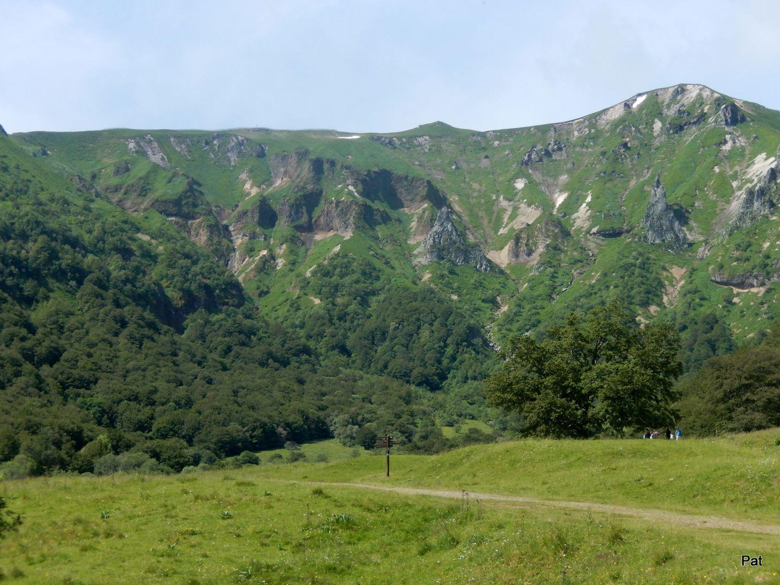 Ils passent près de la Dent de la Rancune. Ils voient les sommets d'en bas, avant de les voir d'en haut.