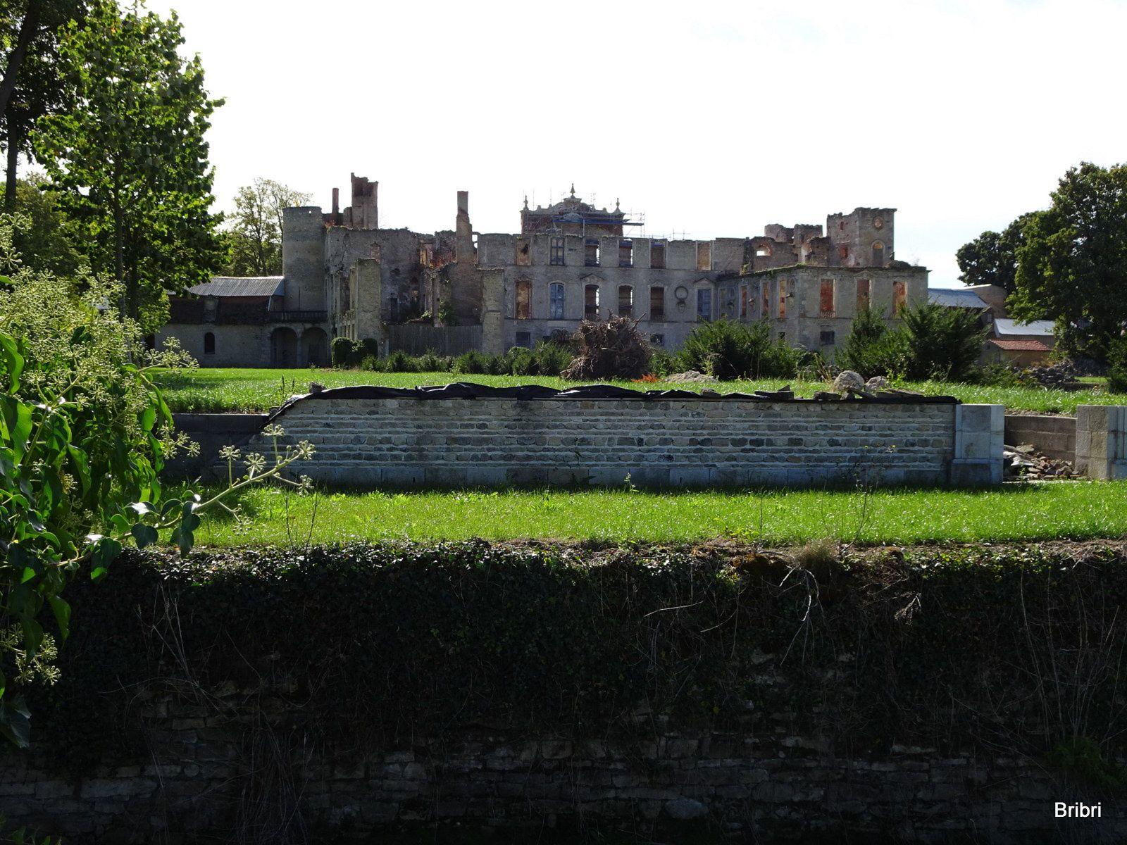 Au cours d'une autre rando nous sommes rentrés dans la cour de ce château, nous n'avions pas vu les travaux de ce coté.