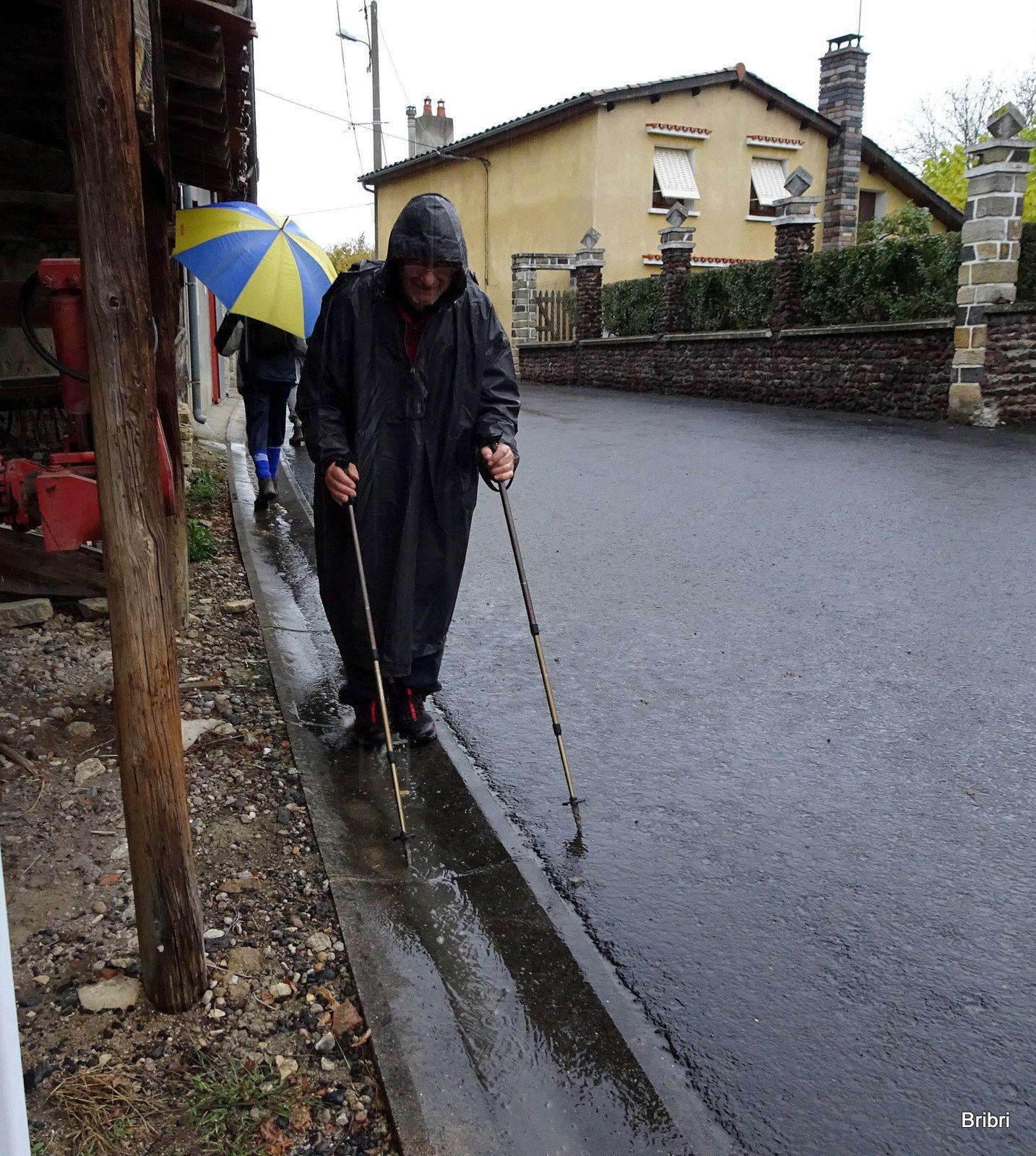 L'arrivée n'est pas loin, ouf! Denis marche à reculons pour nettoyer chaussures et bâtons dans les rigoles.
