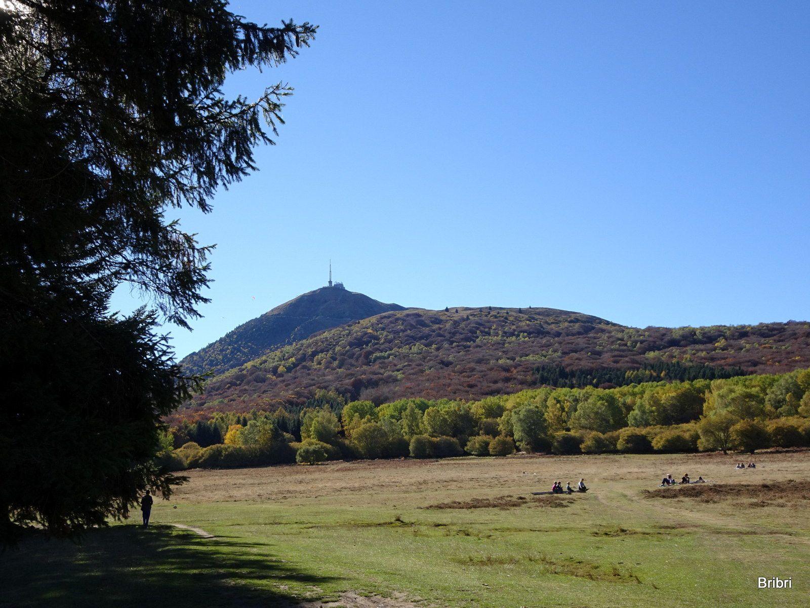 Nous arrivons vers la plaine de Laschamps, beaucoup de monde au pied du Puy-de-Dôme et du Pariou.