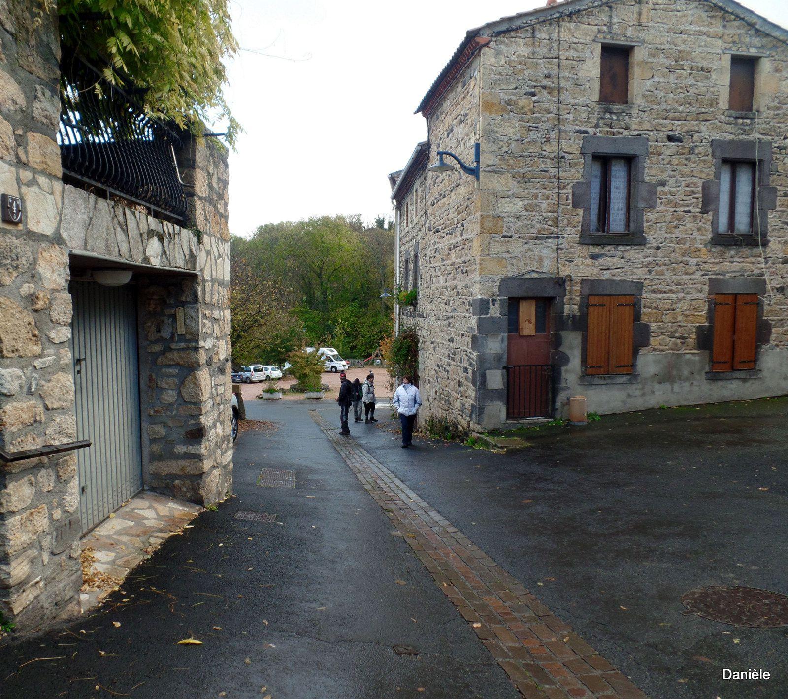 Encore tout ça a faire ! Après avoir déposé les sacs ils visitent le village.