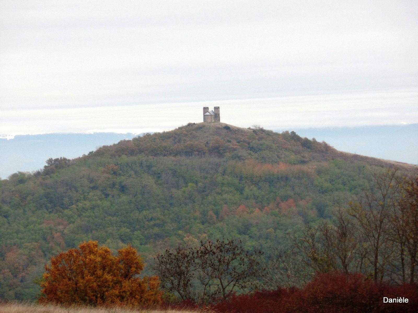 Pas mal de fortifications sur les sommets alentour.