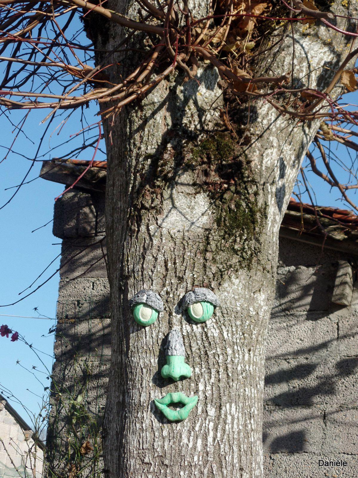 Certains s'amusent bien avec les arbres, n'est-ce pas les filles ?