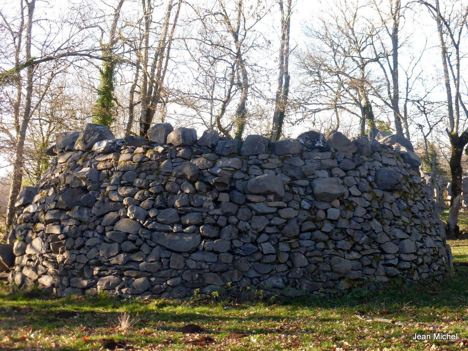 Petit coin idéal pour faire la pause goûter, juste devant cette habitation de pierre comme avant.