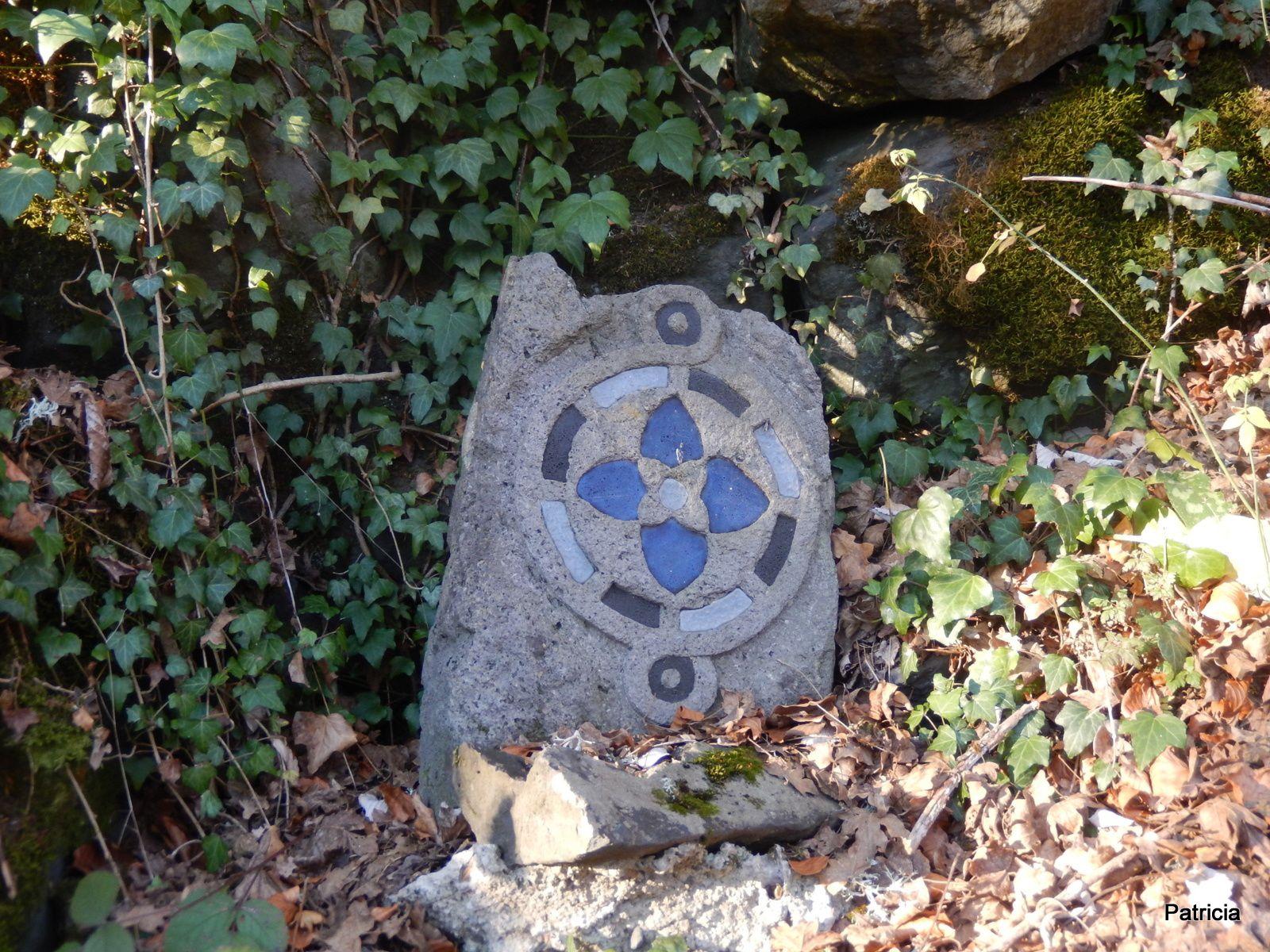 Quelques pierres sur les sentiers, il y en a des dizaines d'autres sur le parcours.
