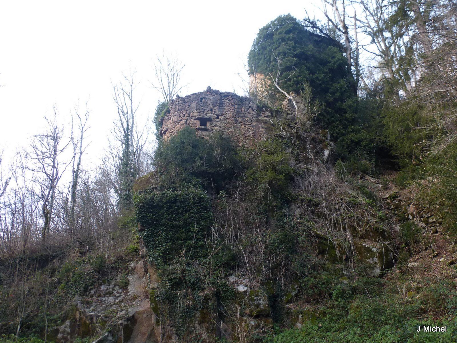 Plein de vestiges dans le fond de la vallée, avant il y avait des moulins.