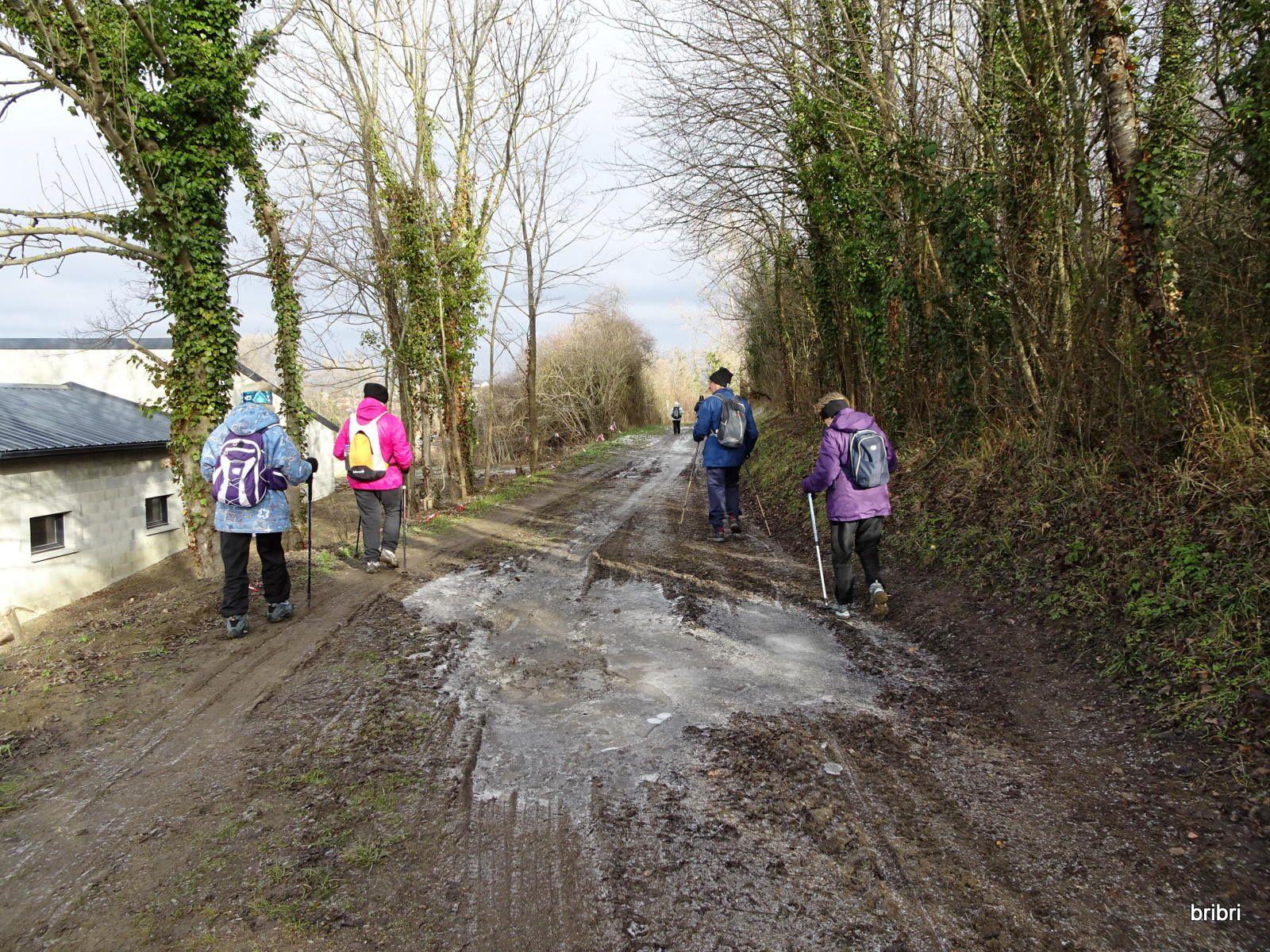 Le givre est là dans les coins ombragés et les chemins sont très boueux.Nous supportons bonnets, gants et doublures.
