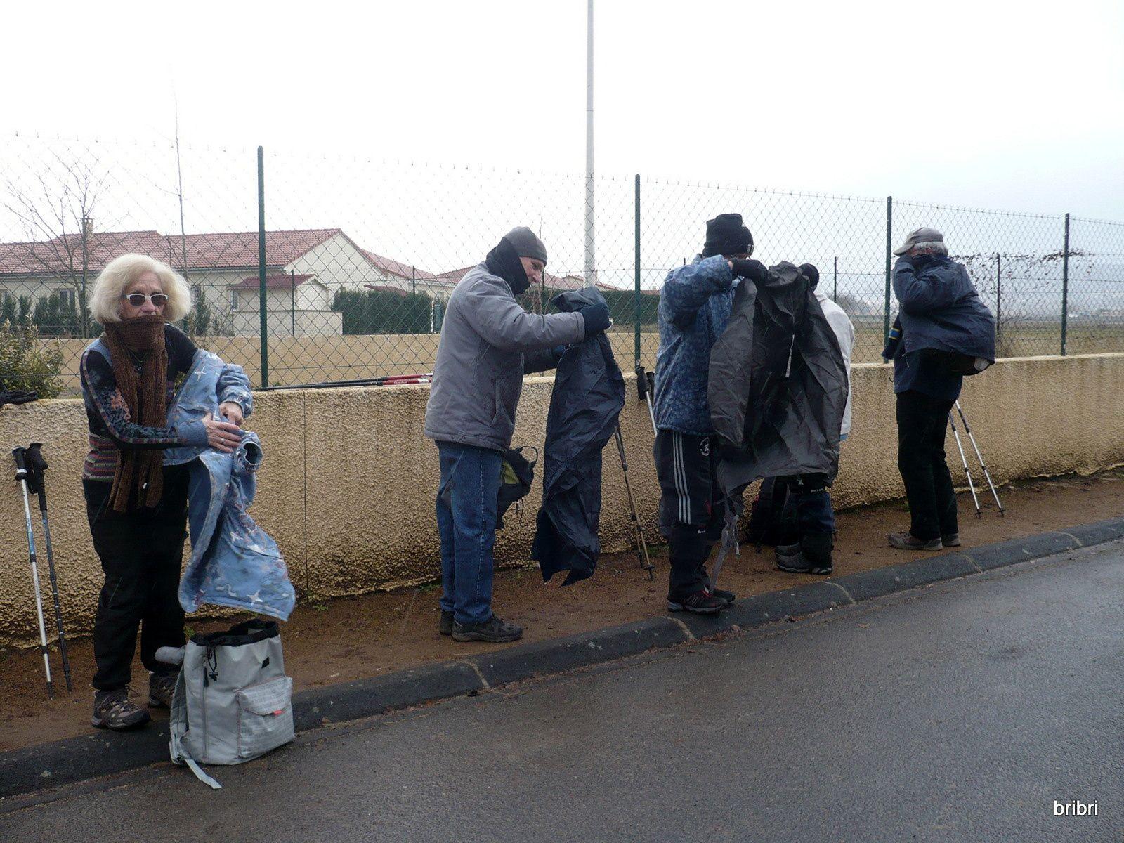 Après 200 m la pluie arrive, il faut sortir les ponchos et surtout les enfiler, pas facile.