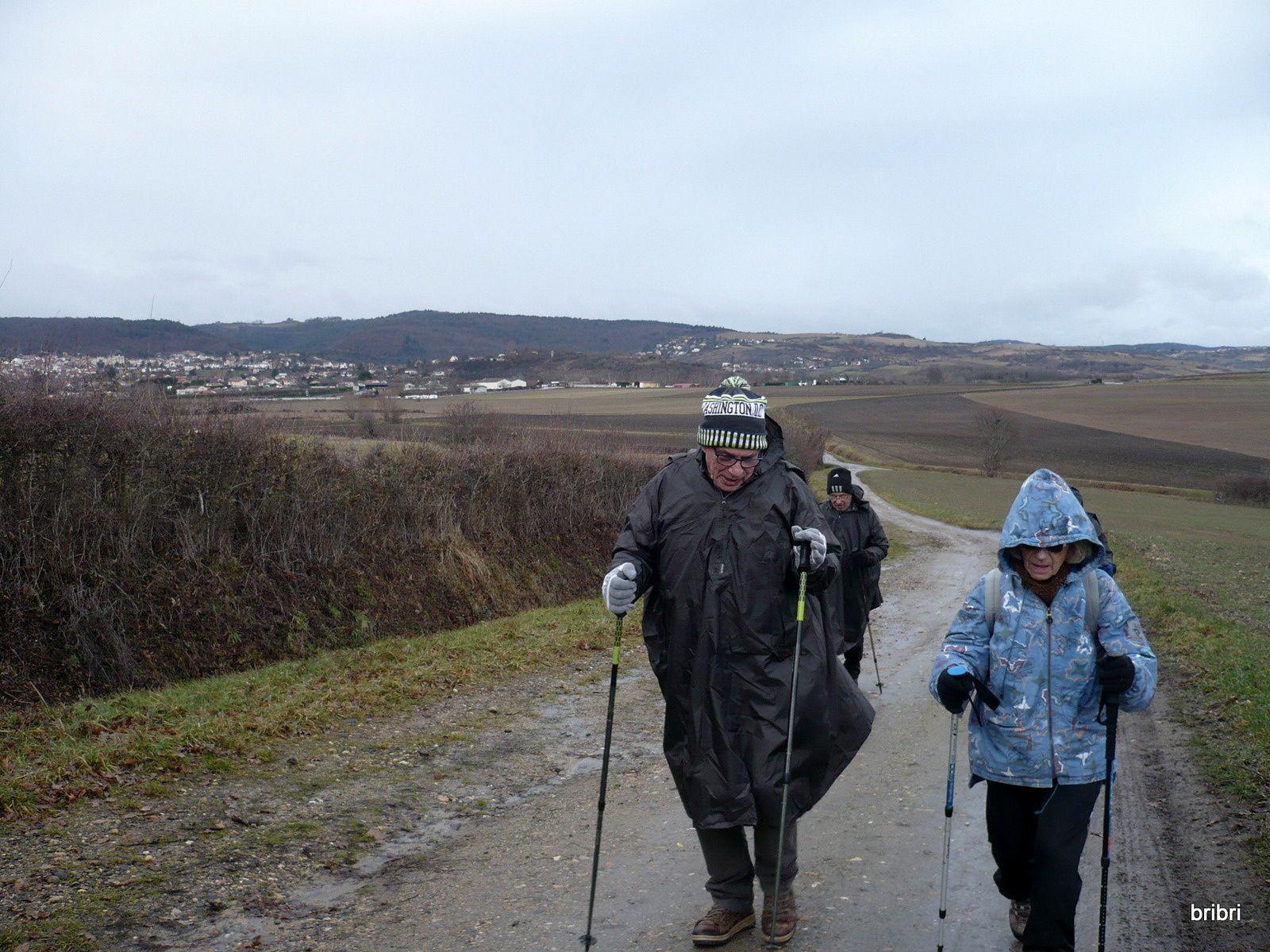 Une montée, avec Châtel derrière nous, puis une descente vers la ville de Riom.
