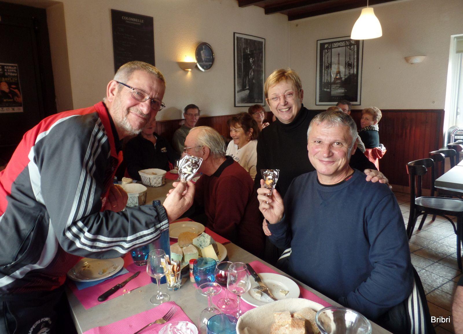 Bonne ambiance, comme le veut la coutume, Annie remercie 2 marcheurs pour leur aide, en leur offrant une sucette d'un célèbre chocolatier.