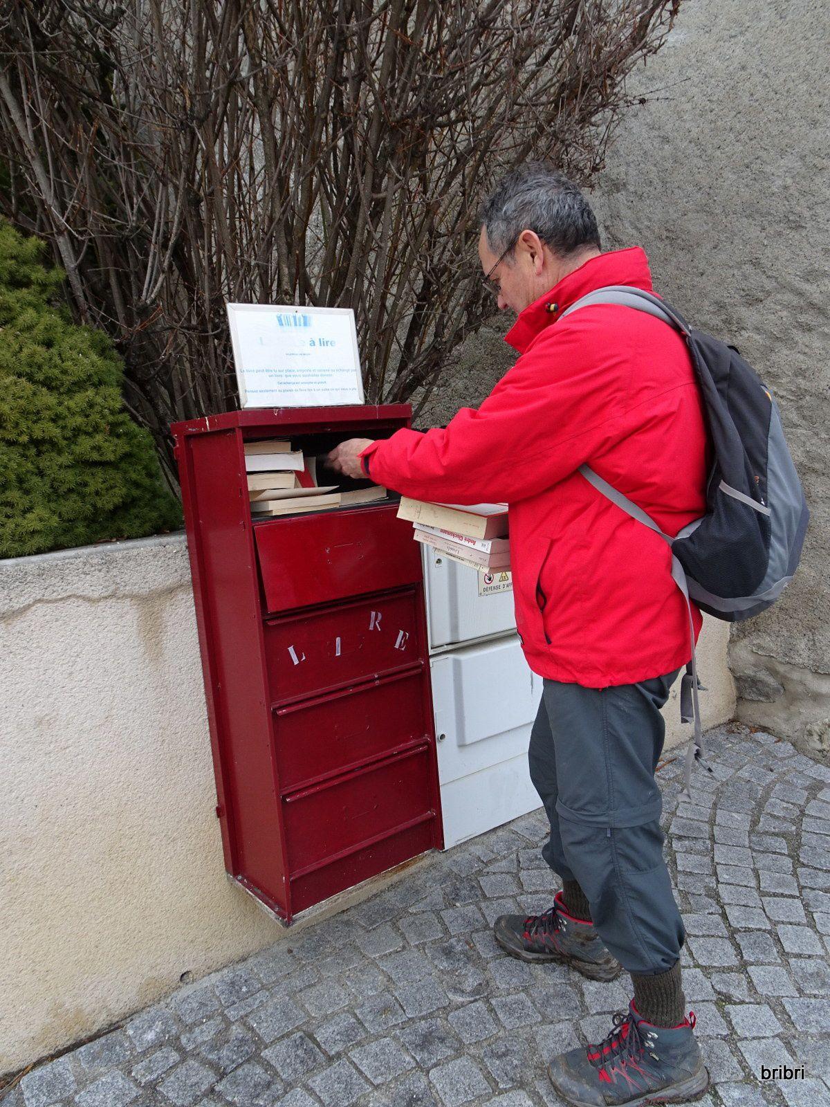 Le GO cherche un livre dans cette boite à lire, puis photo souvenir du retour, tout le monde est là, pas de perte!