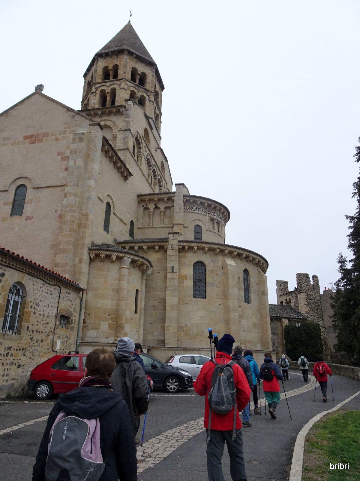Traversée du village avec son château, son église, son sarcophage.