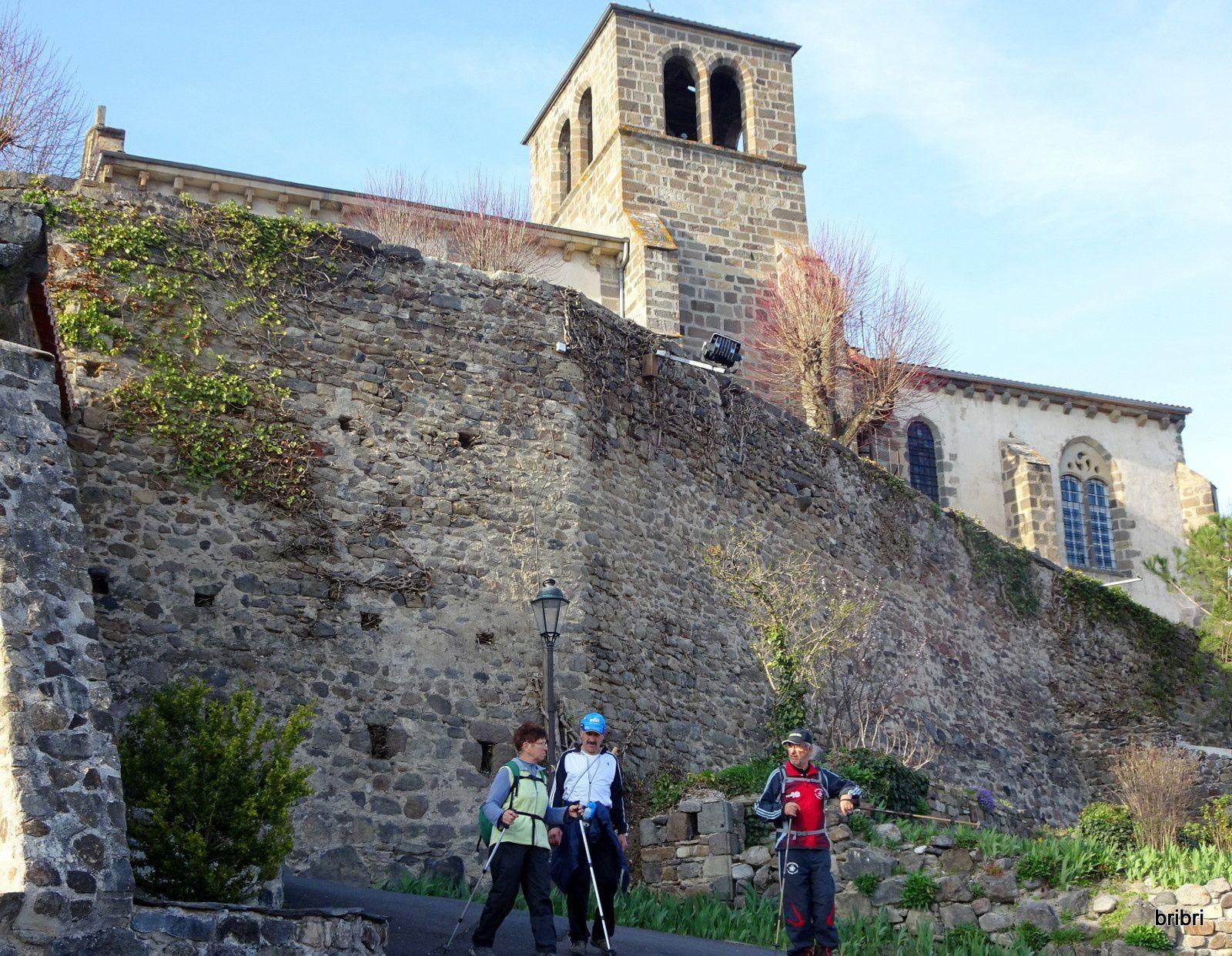 Traversée de Montaigut avec ses vieilles pierres.
