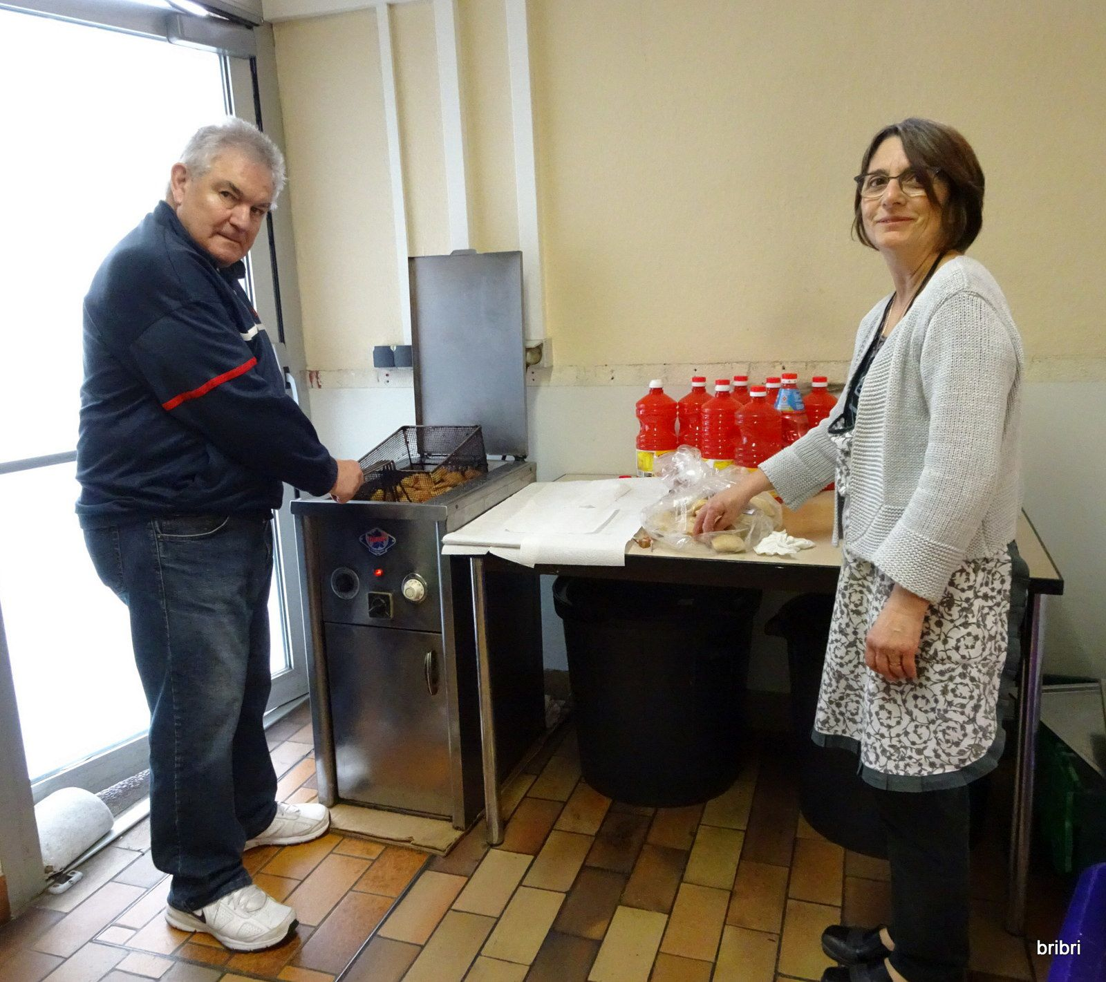L'après-midi cuisson des beignets par Rose et Jacques et préparation des assiettes entrées et dessert.