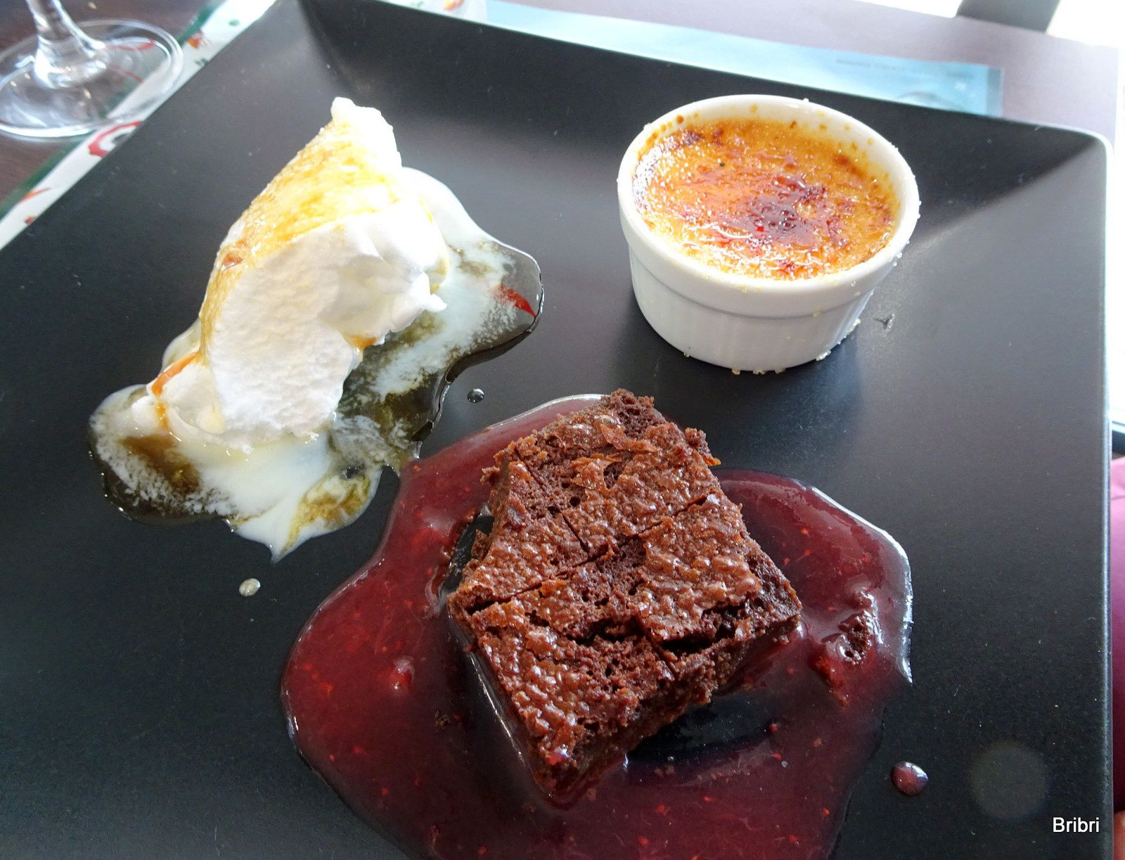 L'entrée et le dessert, les assiettes sont bien remplies.