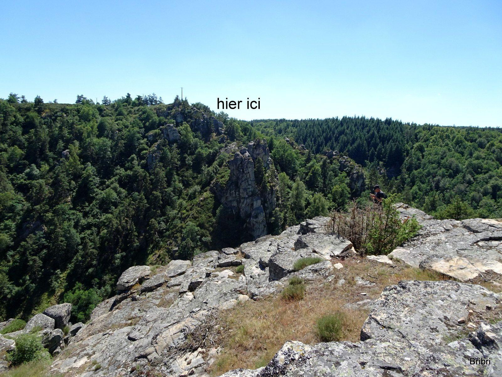 A voir sur notre parcours. Hier nous étions en face, dans le creux passe la Truyère.
