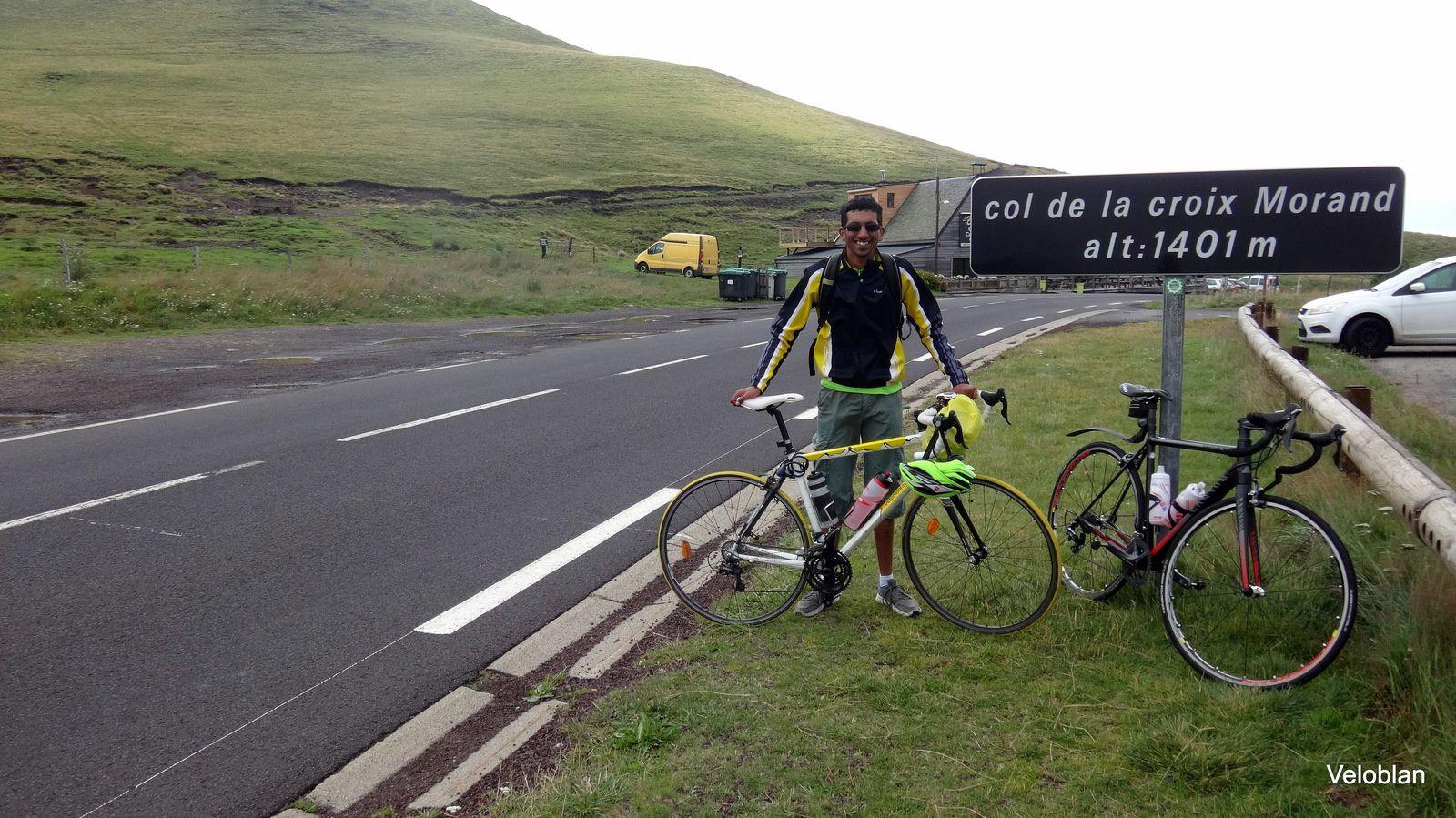 Idris, souriant, avec son vélo à 6h du matin au pied du géant, dommage avec le brouillard pas de vue au sommet.