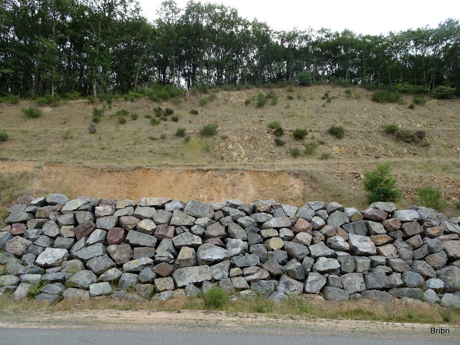 Nous longeons la route derrière les barrières sur environ 800 m, mur moderne en pierres sèches.