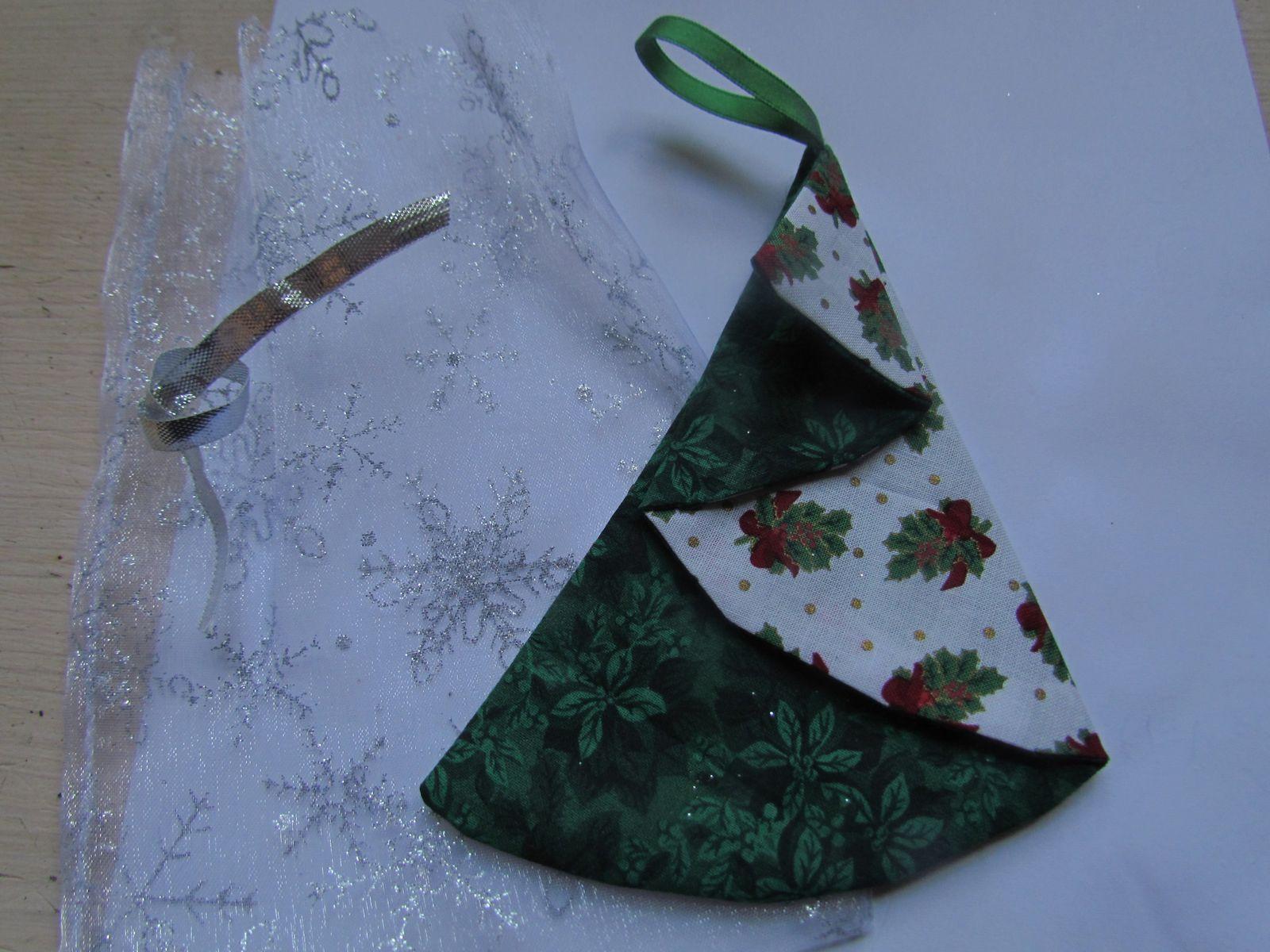 "un sapin en tissus ,en piage ""genre origami""...c'es tout mimi ...."