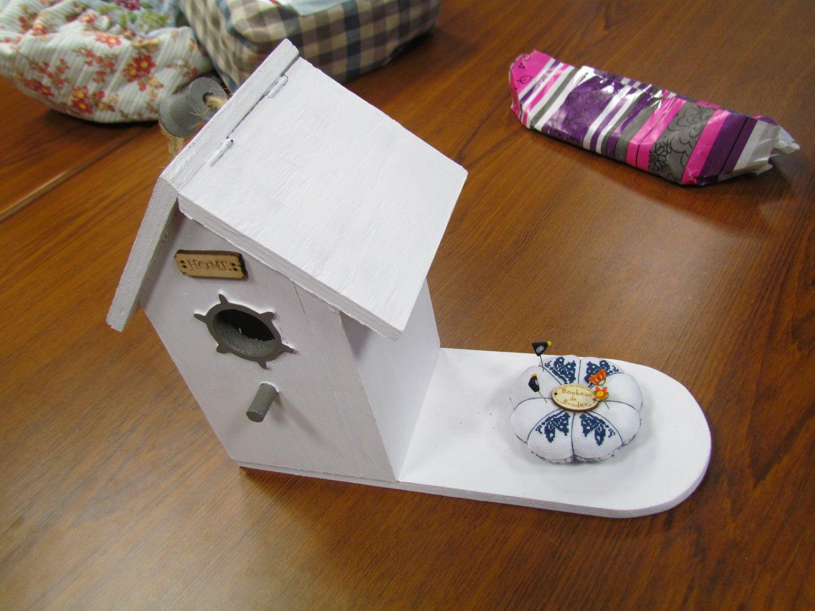 """Un nichoir """"amélioré """" par mon pére (le toit s'ouvre ) . je l'ai transformé en """"boite """" de brodeuse j'y ai mis un  pique aiguilles brodé de papillons ...."""