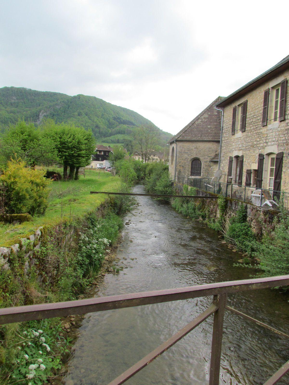 Toujours ce petit ruisseau qui serpente dans le village....