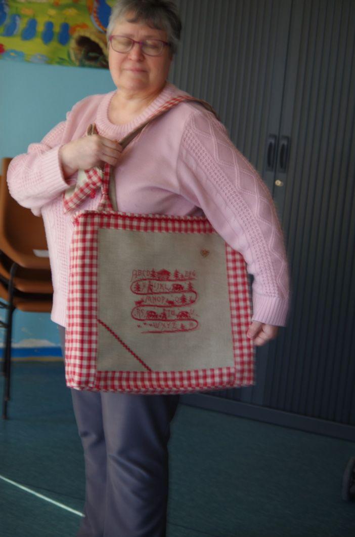 Toutes les adhérentes on brodé une grille ou partie d'une grille ,pour lui confectionner un sac ...Coté pile