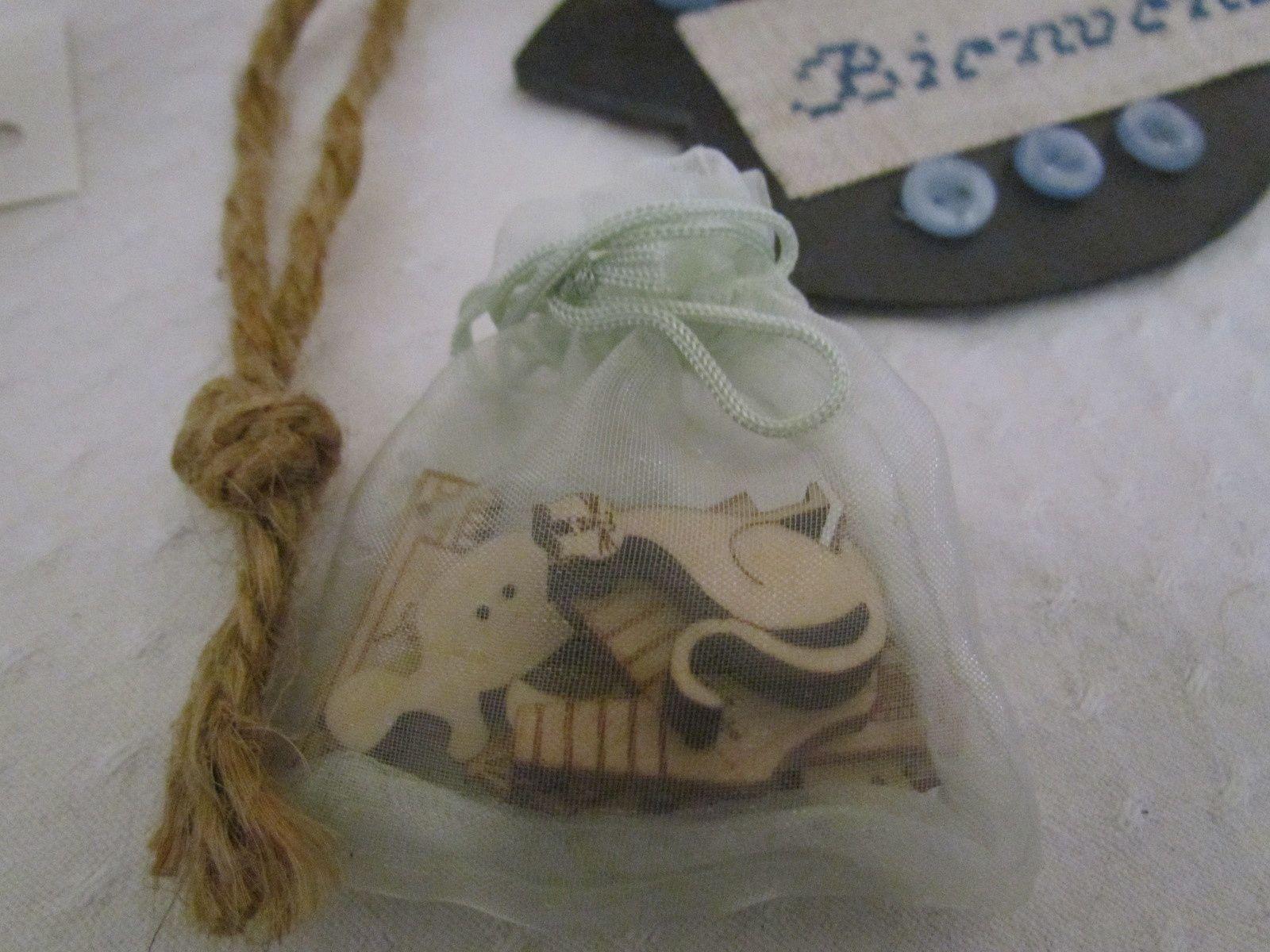 Et un petit sachet ,avec des boutons en bois ....